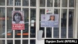 Plakati protiv Nataše Kandić na ulazu u Kuću ljudskih prava u Beogradu