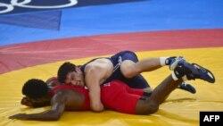 Момент финальной встречи по вольной борьбе в весе до 84 кг за золото Олимпийских игр в Лондоне. Пуэрториканец Хайме Эспинат (внизу) и азербайджанец Шариф Шарифов. 11 августа 2012