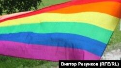 Күнжелеге түспөлдөш желек ЛГБТ коомунун белгиси.