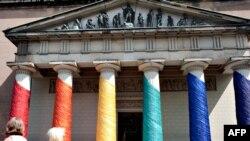 В Копенгагене вольные нравы - например, именно у собора часто встречаются представители секс-меньшинств