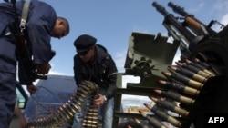 نیروهای مخالف حکومت معمر قذافی با استفاده از توپ ضد هوایی به مقابله با حملات هوایی ارتش لیبی میپردازند.