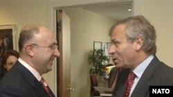 """Теперь, после начала """"интенсивного диалога"""", министру иностранных дел Грузии Геле Бежуашвили (слева) и Генеральному секретарю НАТО Яапу де Хооп Схефферу предстоит встречаться часто"""