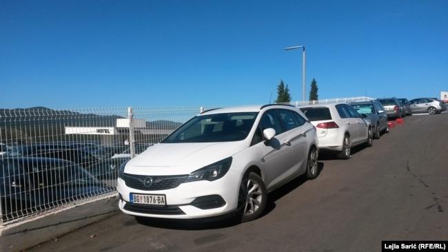 Automobili iz Srbije na parkiralištu u Neumu, avgust 2020