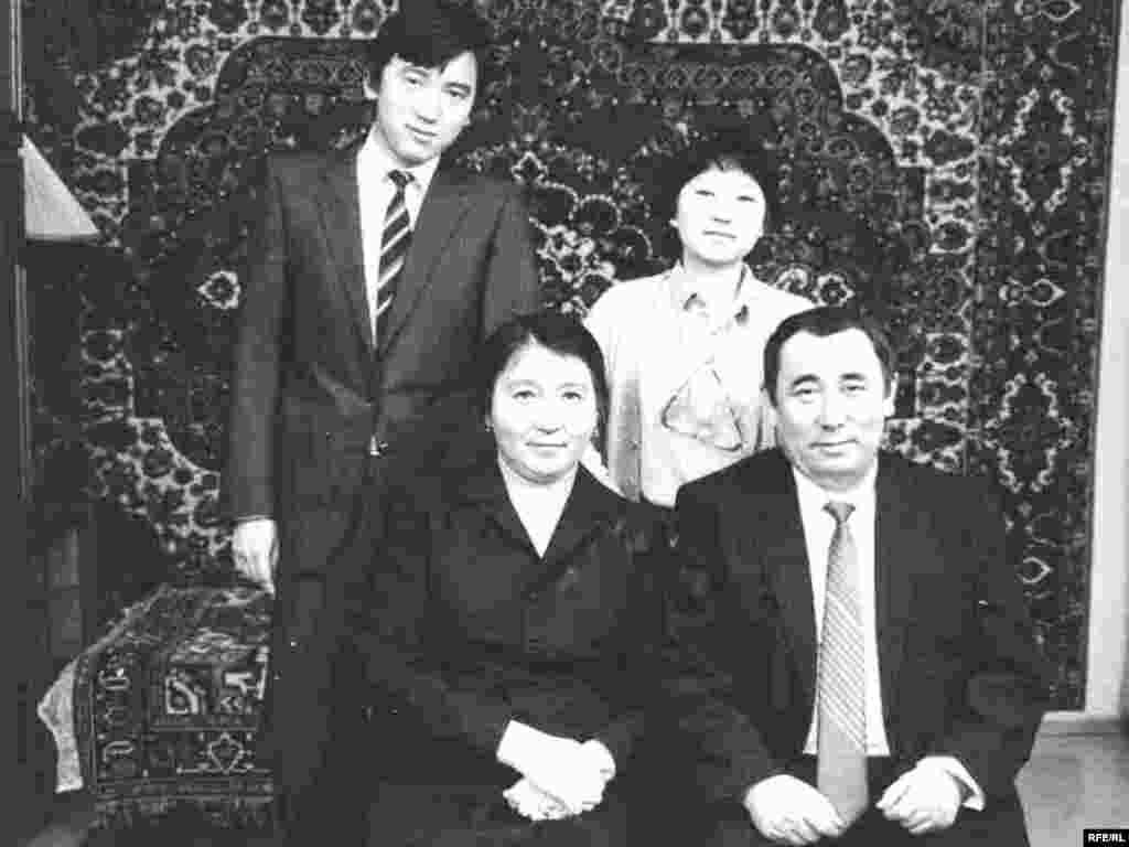 Семья Каришала Асанова. - На снимке он с женой Нурилей, сыном Болатом и дочерью Каргаш.