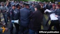 Ոստիկանները բերման են ենթարկում ցուցարարներին, Երևան, 22-ը ապրիլի, 2016թ․