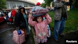 Жителі Донецької області у східній Україні готуються до посадки на автобуси до Ростова-на-Дону, Донецьк, 14 липня 2014 року