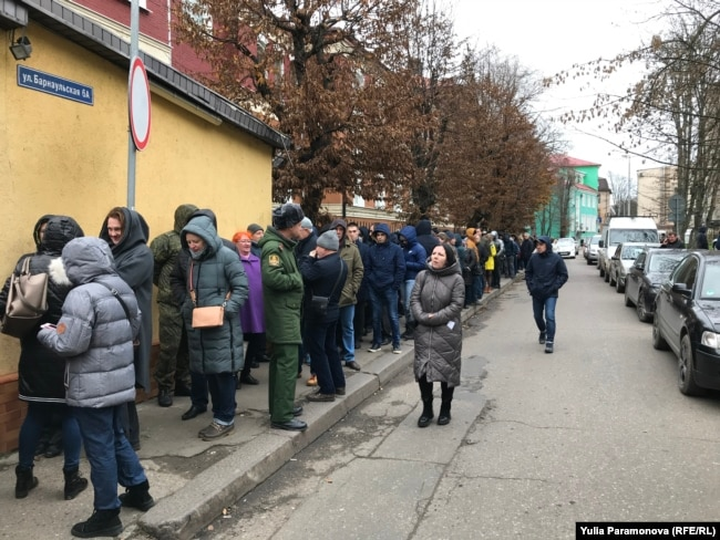Калининград, 21 ноября. Тысячи россиян выстроились в этот день в очереди перед наркологическими диспансерами по всей стране, чтобы успеть получить справку от нарколога до введения CDT-тестов крови, которые сделают ее в несколько раз дороже