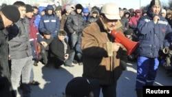 Рабочие одной из нефтедобывающих компаний на акции протеста. Иллюстративное фото.