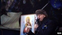 Оппозиция жетекшісі Арсений Яценюк шерушілер алдында сөйлеп тұр. Киев, 2 ақпан 2014 жыл.