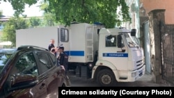 Владислав Есипенко возле здания подконтрольного России Симферопольского районного суда, Крым, 15 июля 2021 года