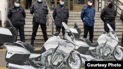 Со макети од спортски мотори членови на опозицијата протестираа денеска пред зградата на министерството за здравство