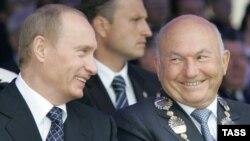 Ռուսաստանի նախագահ Վլադիմիր Պուտինը և Մոսկվայի քաղաքապետ Յուրի Լուժկովը «Մոսկվայի օրվա» տոնակատարությունների ժամանակ, 2-ը սեպտեմբերի, 2006թ․