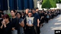 Люди вишикувались у черзі на прощання з королем Пуміпоном Адуньядетом, Бангкок, Таїланд, 14 жовтня 2016 року