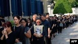 Таиланддын көпчүлүк тургундары өкүмдар Пхумпион Адульядет дүйнө салгандыгына байланыштуу кара кийинип, аза күтүшүүдө.