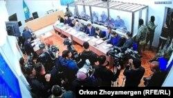 له مشکوکو کسانو ۱۳ تنهیې نن (اکټوبر ۲۲مه) د قزاقستان په پلازمېنه نورسلطان کې تر سختو امنیتي تدابیرو لاندې د محکمې خونې ته ولېږدول شول.