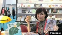 """Кэролайн Куо өзүнүн """"Жибек Жолунун кесилишинде: Борбор Азиянын борбору Өзбекстан"""" деген китеби менен. Тайпейдеги эл аралык китеп көргөзмөсү, 2018-жыл."""