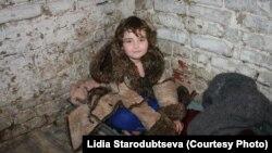 «Спальное» корыто девочки Даши в подвале, село Луганское. Зона АТО, июль 2015 Украина