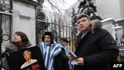 Барыс Нямцоў на пікеце ля беларускага пасольства ў Маскве 27 сьнежня 2010.