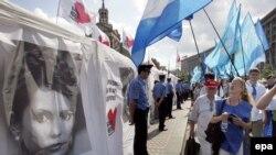 Премьером Тимошенко никогда не стать, а вот возглавить единую оппозицию, стать главным оппозиционером она сможет и это ее амплуа, это ее вполне устраивает