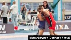 Марат Гарипов (в красной форме), член сборной Бразилии по борьбе, уроженец Казахстана.