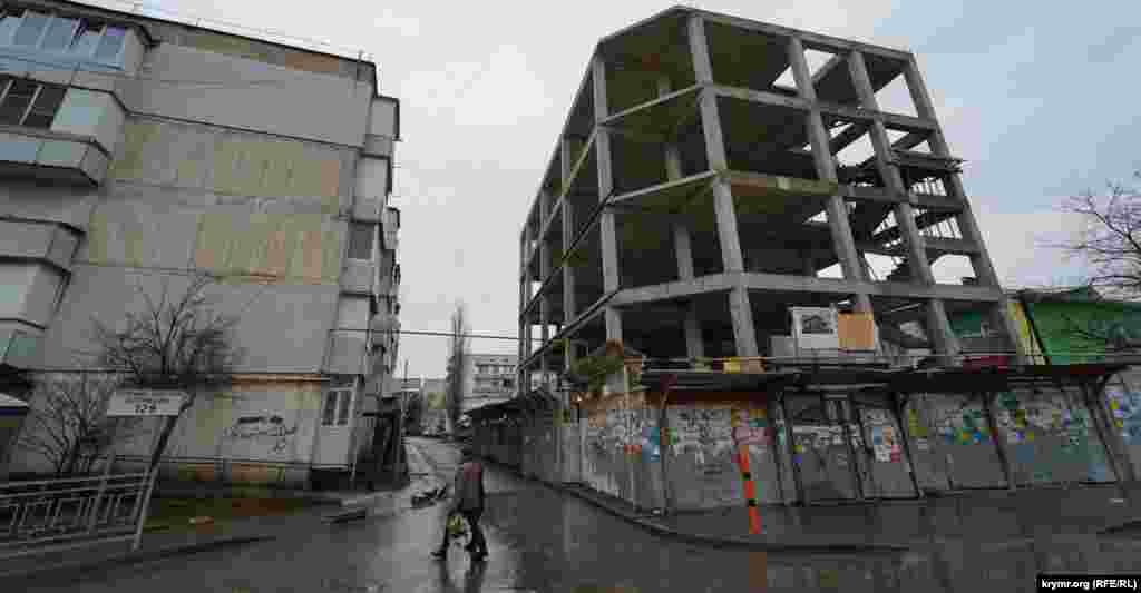 Скандальне будівництво між п'ятиповерхівкою і дитячим садком на вулиці Красноармійська припинено