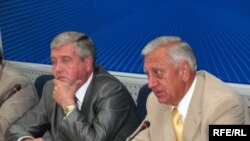 Уладзімер Сямашка і Міхаіл Мясьніковіч пад час прэсавай канфэрэнцыі.