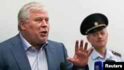 Адвокат Анатолий Кучерена (сол жақта) Шереметьево әуежайы, Мәскеу, 24 шілде 2013 жыл.