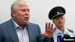 """Кучерена отвечает на вопросы журналистов в аэропорту """"Шереметьево"""""""