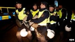 Паліцыя высяляе мігрантаў зь нелегальнага лягеру ў Мальмё. 3.11.2015