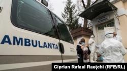 Ambulanța aduce un suspect de coronavirus la spitalul de boli infecțioase Toma Ciorbă.