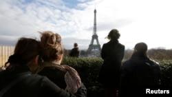 Parisdə terror aktları qurbanlarının xatirəsi bir dəqiqəlik sükutla yad edilir.