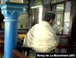 زیارت کنیسه جربه، یکی از عناصر هویتی یهودیان تونس است که اکنون فقط ۱۵۰۰ نفر از آنان در سراسر این کشور باقی ماندهاند.