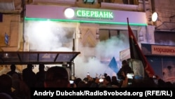 Мітингувальники трощать відділення російського «Сбербанку» у Києві, 21 листопада 2016 року
