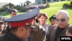 Пикет перед банком «Банк ТуранАлем». Алматы, 23 октября 2008 года.