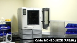 """3D პრინტერი """"თავისუფალი უნივერსიტეტის"""" ლაბორატორიაში"""