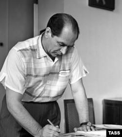 Народный артист СССР Игорь Моисеев в своем кабинете, 1958 год