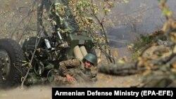 سربازان ارمنی در حال آتشباری به سوی نیروهای جمهوری آذربایجان در جریان درگیریهای ناگورنو-قرهباغ