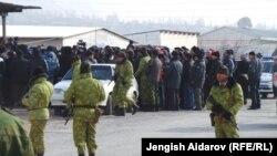 Кыргыз-тажик чек арасына топтолгондор. Баткен, 18-декабрь, 2013.