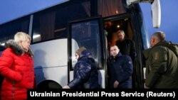 29 грудня в рамках обміну утримуваними особами на Донбасі між Україною й угрупованнями «ДНР» і «ЛНР» Україні видали 76 людей: 12 військових і 64 цивільних