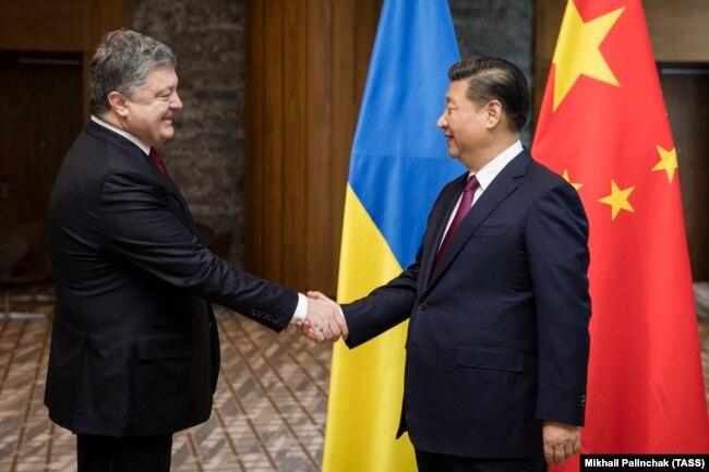 Встреча президента Украины Петра Порошенко (слева) с президентом Китая Си Цзиньпином во время Всемирного экономического форума в швейцарском Давосе, 17 января 2017 года