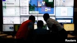 Індонезійські рятувальники моніторять процес пошуків літака, 29 грудня 2014 року