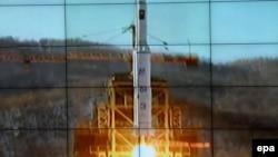 Снимок с экрана телевидения КНДР, показывающий запуск ракеты