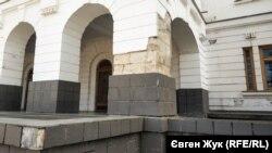 Отреставрированное 20 лет назад здание казарм уже разваливается