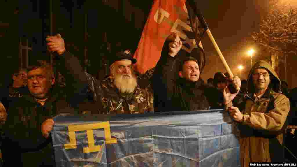 Біля будівлі Адміністрації президента України в Києві зібралися близько півсотні осіб, представників кримськотатарського народу, які побоюються розгону акції по блокаді Криму в Херсонській області, 21 листопада 2015
