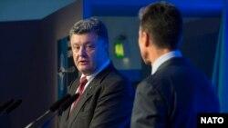 Петро Порошенко та Андерс Фоґ Расмуссен під час саміту НАТО у Вельсі, 4 вересня 2014 року