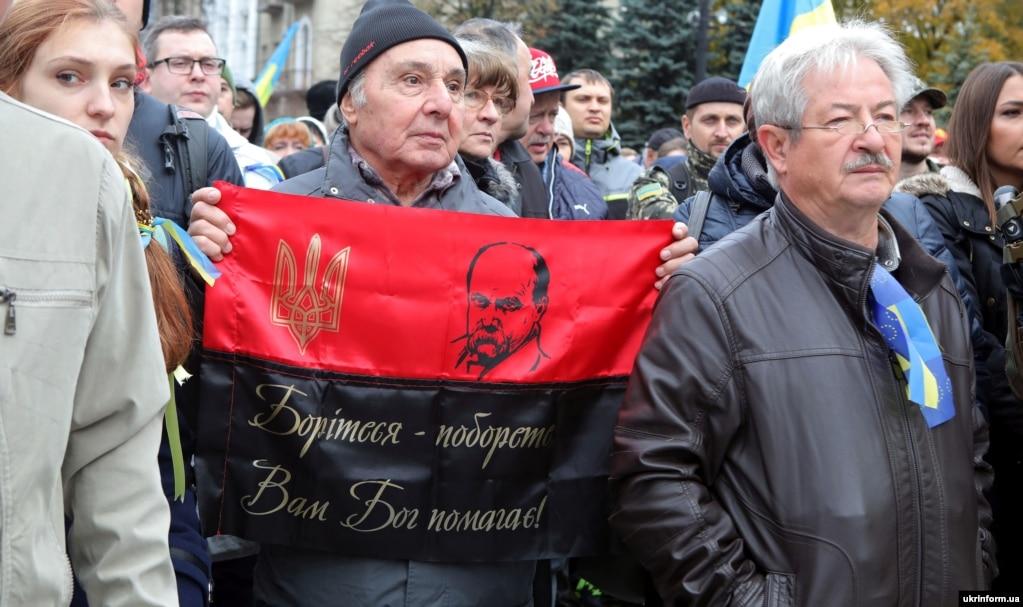 Учасники акції протесту «Зупинимо капітуляцію!» проти підписання українською владою «формули Штайнмаєра» щодо Донбасу. Харків, 6 жовтня 2019 року