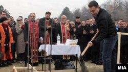 Свештениците се редовен декор на поставувањето на камен темелници.