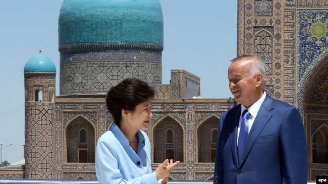 Ныне покойный президент Узбекистана Ислам Каримов и приговоренная к 24 годам тюрьмы бывший президент Южной Кореи Пак Кын Хе. Самарканд, июнь 2014 года.