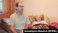Владимир Шашенко рассказывает, что жене Екатерине Федечкиной сделали операцию в прошлом году, после чего она перестала ходить. Алматы, 27 сентября 2020 года.