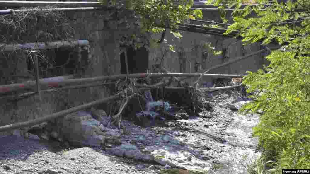 В районе остановки «Пионерская» русло Учан-Су – вполне глубокое и достаточной ширины. Однако и там задержался принесенный водой мусор